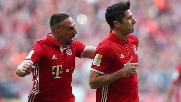 Radost Bayernu! Robert Lewandowski slaví gól s Franckem Riberym (vlevo) během bundesligového šlágru s Borussií Dortmund.