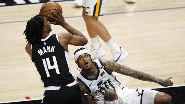 Terance Mann z LA Clippers(vlevo) se snaží využít upadnutí Jordana Clarksona z Utahu a vstřelit koš.