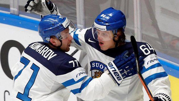 Finové Mikael Granlund (vpravo) a Leo Komarov se radují z gólu proti Dánsku.