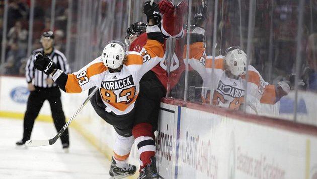 Jakub Voráček (93) z Philadelphie neustál souboj s Blakem Colemanem (40) z New Jersey a padá na led.