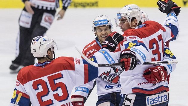 Útočník Pardubic Petr Sýkora (vpravo) se raduje se spoluhráči z gólu proti Karlovýcm Varům