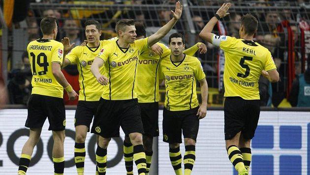 Fotbalisté Dortmundu se radují ze vstřelení gólu.