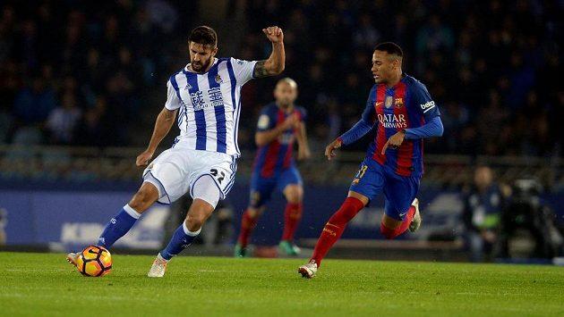 Stoper Realu Sociedad Raul Navas (vlevo) centruje míč proti Barceloně - archivní snímek.