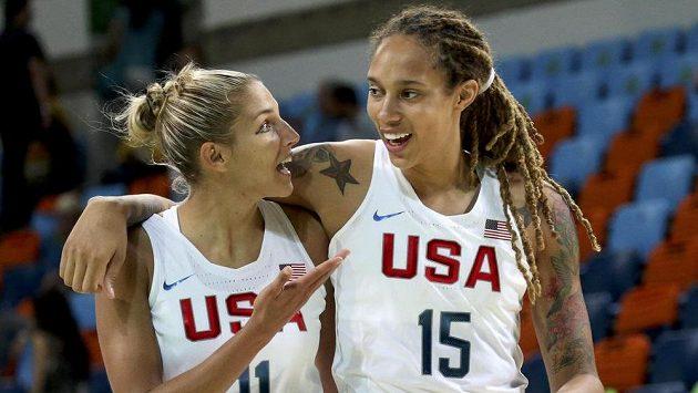 Brittney Griner (vpravo) a Elena Delle Donne z USA se radují z výhry nad Japonkami.
