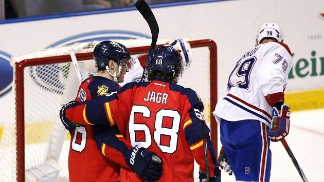 Floridští hokejisté Aleksander Barkov (16) a Jaromír Jágr (68) oslavují gól proti Montrealu.