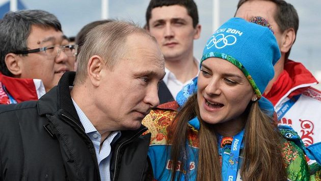 Tyčkařka Jelena Isinbajevová během rozhovoru s prezidentem Vladimirem Putinem na olympiádě v Soči.