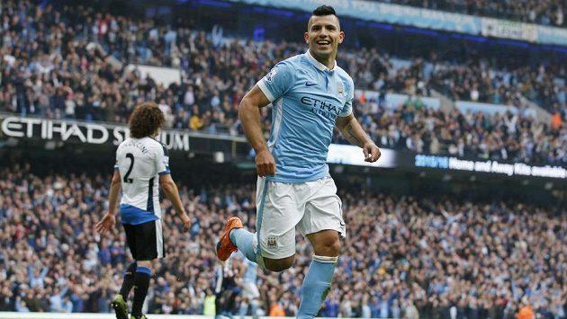 Sergio Aguero oslavuje jeden ze svých gólů do sítě Newcastlu.
