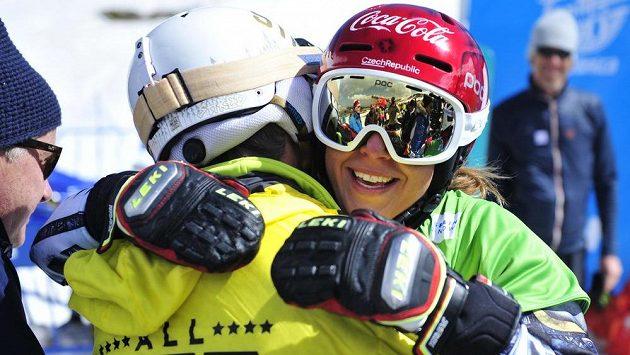 Zlatá snowboardistka Ester Ledecká v objetí se svým otcem Jankem.