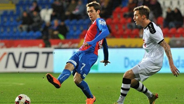 Plzeňský záložník Tomáš Hořava a Petr Mareš z Hradce Králové na archivním snímku během odvety osmifinále Poháru FAČR.
