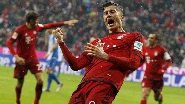 Utočník Bayernu Robert Lewandowski slaví gól proti Hoffenheimu.