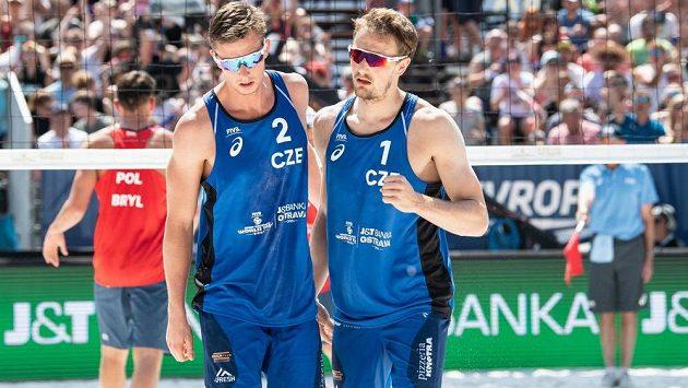 Čeští beachvolejbalisté David Schweiner a Ondřej Perušič během semifinále ostravského turnaje.