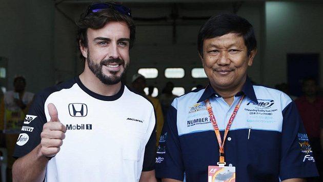 Fernando Alonso (vlevo) je fit a může nastoupit do GP Malajsie.