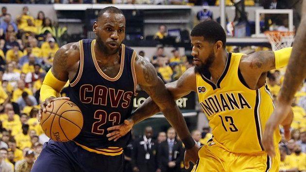 Hvězda Clevelandu LeBron James (vlevo) obchází kolem bránícího Paula George z Indiany.
