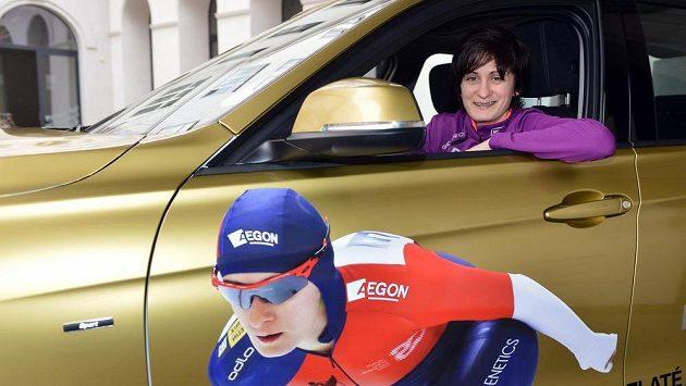 Rychlobruslařka Martina Sáblíková sedí v autě, které dostala od svého sponzora.