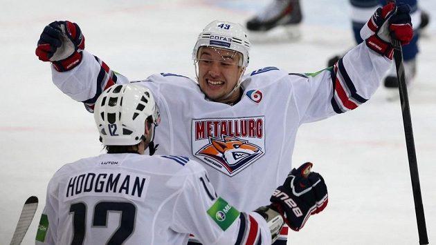 Útočník Jan Kovář slaví gól se spoluhráčem z Magnitogorsku Justinem Hodgmanem.