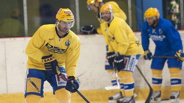 Jaroslav Balaštík (vlevo) a další zlínští hokejisté v pondělí poprvé vyjeli na led.