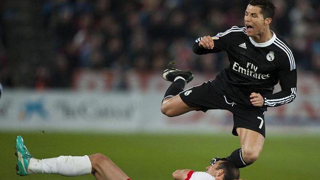 Cristiano Ronaldo padá po střetu s Franciskem Velézem z Almeríe.