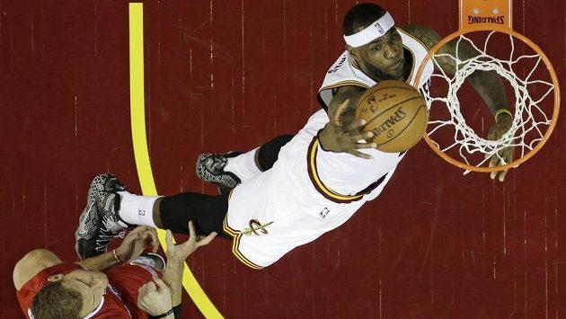 Basketbalista Clevelandu LeBron James vpravo dává koš v utkání proti Los Angeles Clippers.