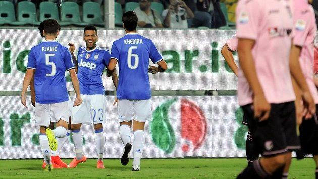 Fotbalisté Juventusu se radují z branky na půdě Palerma.