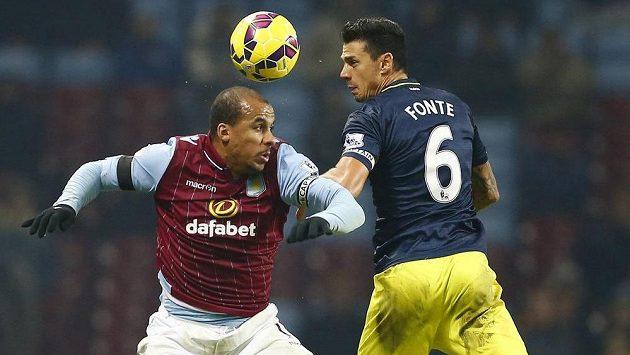 Gabriel Agbonlahor (vlevo) z Aston Villy v hlavičkovém souboji s Josem Fontem ze Southamptonu.