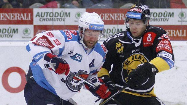 Chomutovský Ivan Huml (vlevo) a litvínovský hráč Jiří Gula.