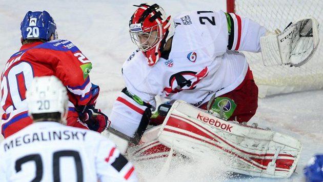 Petr Vrána (vlevo) ze Lva v šanci před brankářem Jekatěrinburgu Jakubem Kovářem.