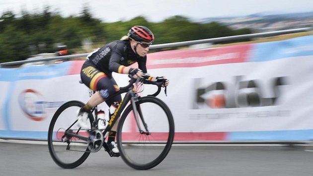 Jarmila Machačová na česko-slovenském šampionátu v čele závodu s hromadným startem před posledním kolem.