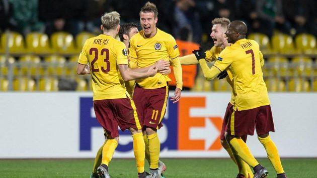 Lukáš Mareček (druhý zleva) vstřelil úvodní gól Sparty v odvetě EL na hřišti Krasnodaru.