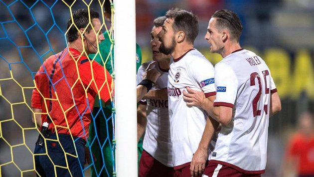 Fotbalisté Sparty Praha (zleva) David Lafata, Marek Matějovský, Mario Holek diskutují s rozhodčím Marijem Strahonjou.