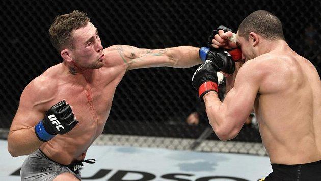 Robert Whittaker (vpravo) a Darren Till v hlavním zápase víkendové akce UFC na ostrově Yas.