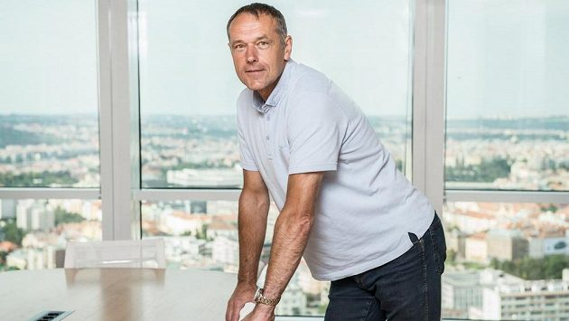 Bývalý internacionál, dnes skaut brankářů Sport Investu Luděk Mikloško.