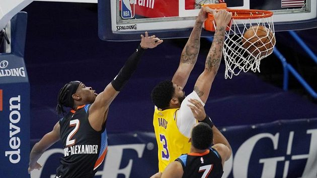 Basketbalista Los Angeles Lakers Anthony Davis (3) smečuje v utkání NBA proti Oklahomě City Thunder.