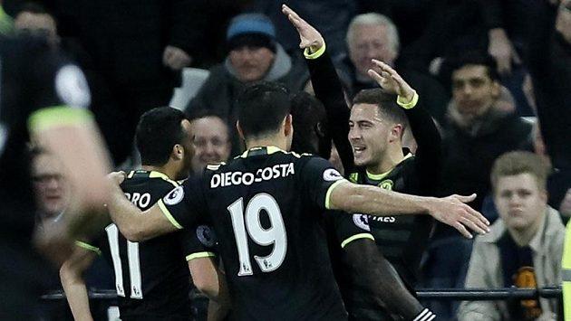 Hráči Chelsea zleva Pedro, Diego Costa, Kanté gratulují Edenu Hazardovi ke gólu do sítě Kladivářů.
