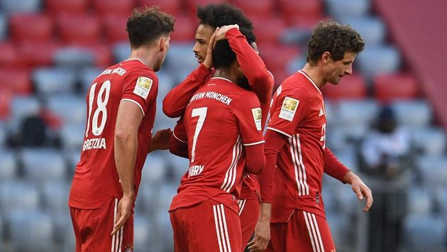 Serge Gnabry z Bayernu Mnichov se se spoluhráči raduje z gólu proti Kolínu.