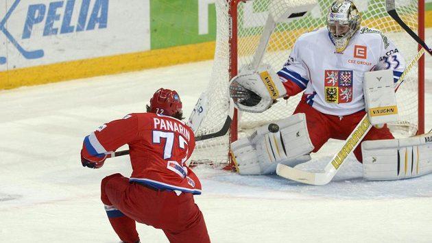Artemi Panarin prostřeluje českého brankáře Pavla Francouze, sborná tou dobou vedla už 3:0.