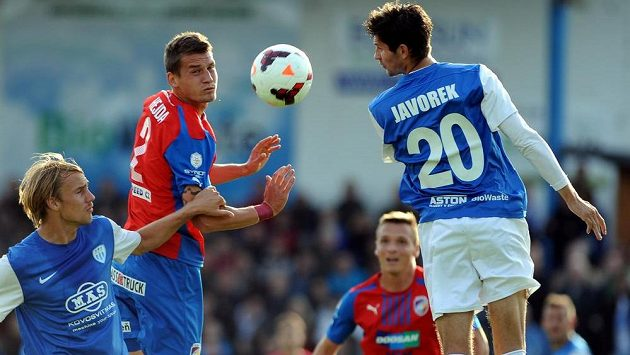 Lukáš Hejda z Plzně (uprostřed) a Josef Divíšek (vlevo) a Petr Javorek z Táborska v utkání 3. kola fotbalového Poháru FAČR.