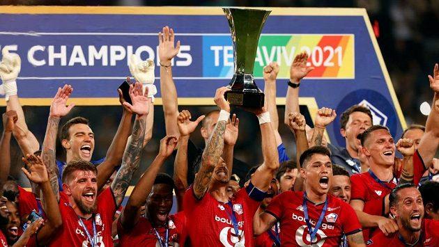 Fotbalisté Lille slaví zisk francouzského Superpoháru.