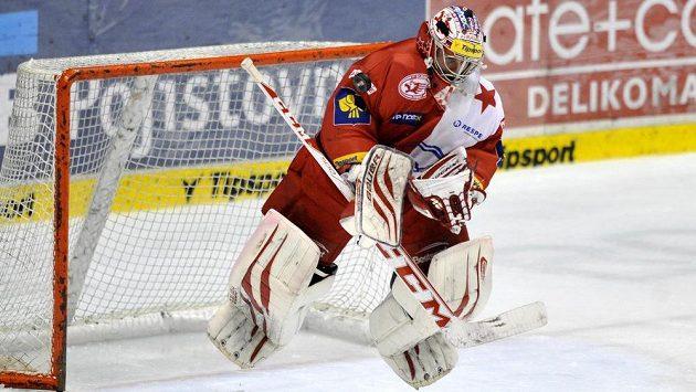 Slávistický brankář Adam Svoboda v prvním zápase předkola play off na ledě Pardubic.