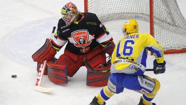 Zlínský útočník Petr Čajánek a brankář Hradce Pavel Kantor v úvodním čtvrtfinálovém duelu play off.