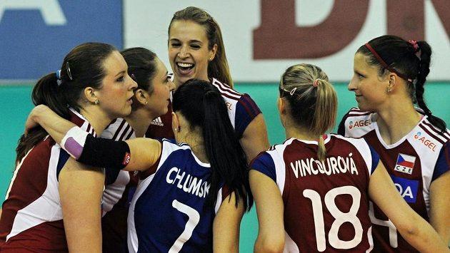 České volejbalistky se radují z vítězství nad Černou Horou.