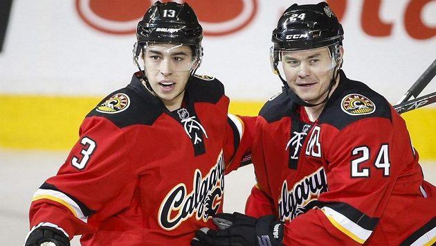 Jiří Hudler (vpravo) jásá, v NHL se opět vešel mezi nejlepší trojici hráčů měsíce.