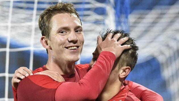Zleva Lukáš Juliš a Václav Černý se radují z gólu proti Moldavsku.