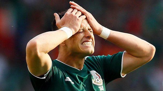 Mexický fotbalista Javier Hernandez a jeho zklamání během utkání se Švédskem na mistrovství světa.