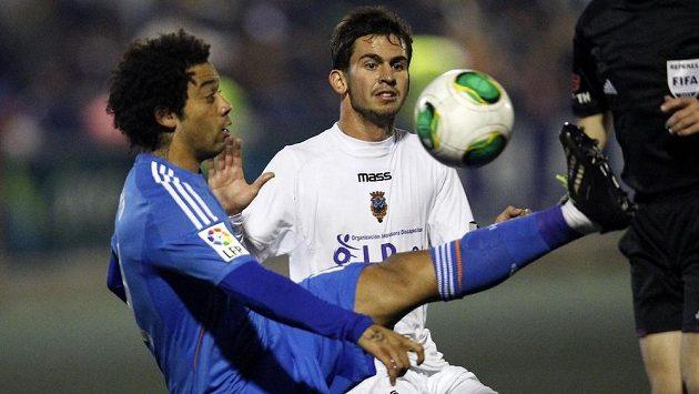Obránce Realu Madrid Marcelo (vlevo) v souboji o míč s Jordim Marenou z Olimpiku Xátiva.