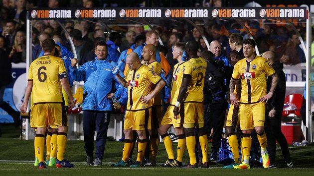 Kouč Suttonu Paul Doswell se svými svěřenci během zápasu s Arsenalem.