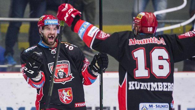 Hradečtí Radek Smoleňák (vlevo) a Roman Kukumberg oslavují gól proti Liberci v sedmém čtvrtfinále.