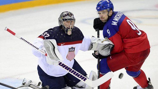 Výraz ve tváři Milana Michálka jako by vyjadřoval střelecké zoufalstí českých hokejistů ve čtvrtfinále s USA. Vlevo americký brankář Jonathan Quick.