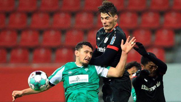 Leverkusenský Patrik Schick (nahoře) a brémský Miloš Veljkovič.