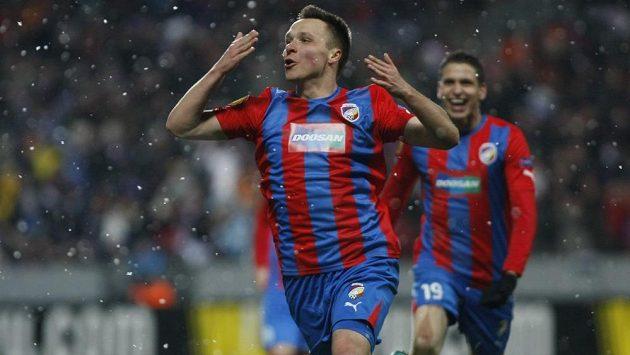Stanislav Tecl slaví svůj gól do sítě Neapole v jarním utkání Evropské ligy.
