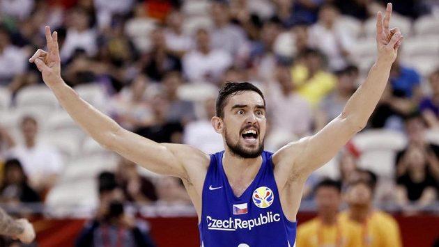 Český basketbalista Tomáš Satoranský v akce během utkání mistrovství světa s Polskem.